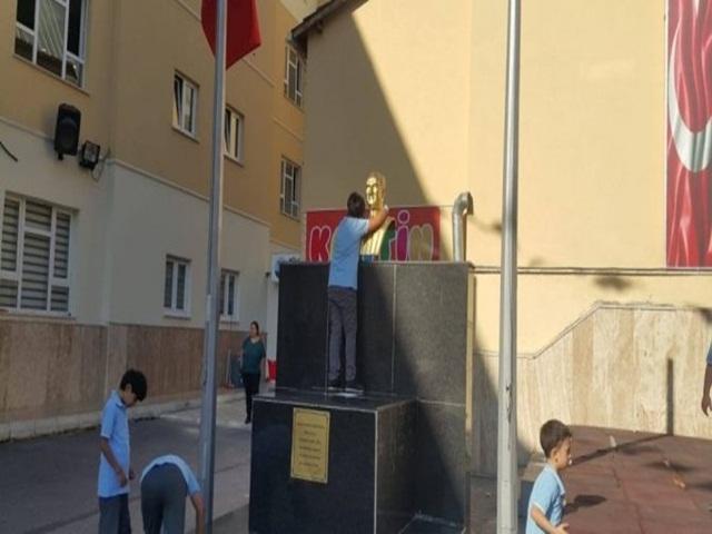 Dakikalarca Atatürk büstüne sarıldı