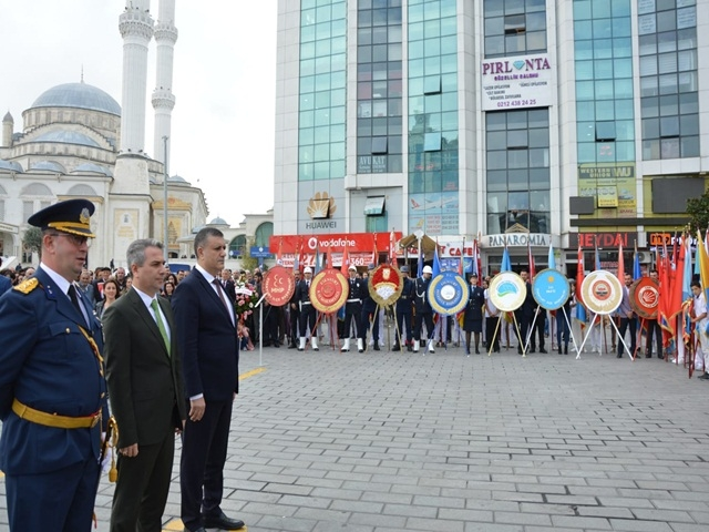 Esenyurt'ta Atatürk Anıtı'na çelenk bırakıldı