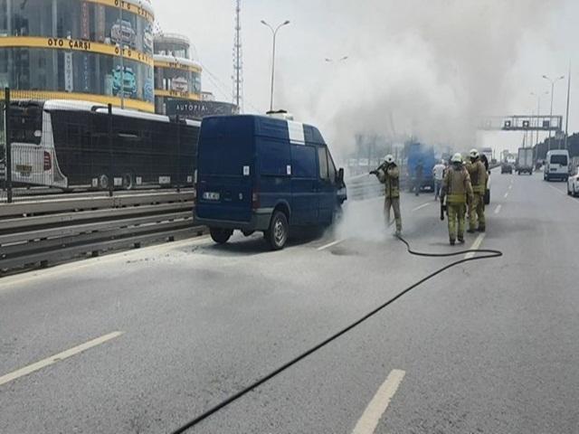 Beylikdüzü E-5'te kaza yapan ticari minibüs yandı