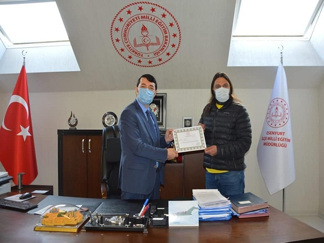 Esenyurt Ortaokulu Müdürü Tamer Turan'a Başarı Belgesi verildi
