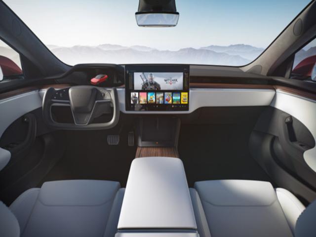 Yeni Tesla Model S'de geri vitese geçmenin çılgın bir yolu var!