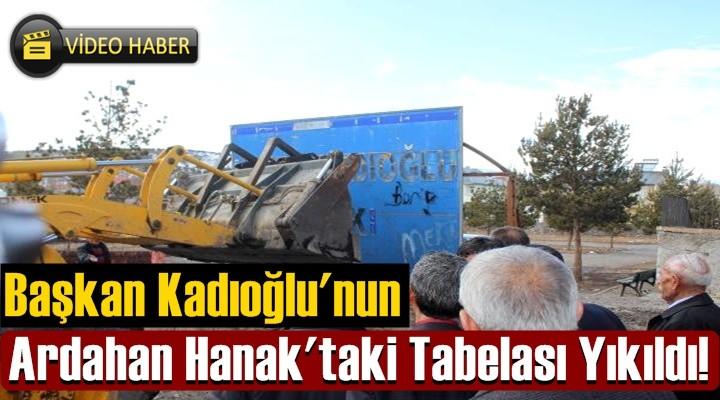 Başkan Kadıoğlu'nun, Hanak'taki Tabelası Yıkıldı