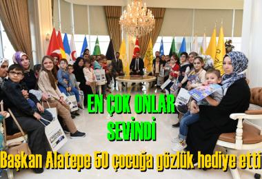 Başkan Alatepe  minik misafirlerine Gözlük hediye etti