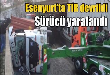 Esenyurt'ta TIR devrildi, sürücü yaralandı