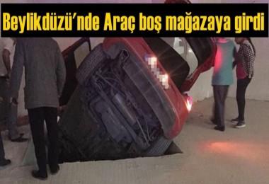 Beylikdüzü'ndeki kazada araç boş mağazaya girdi
