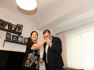 Başkan Bozkurt yıllar sonra ilkokul öğretmenine sürpriz yaptı