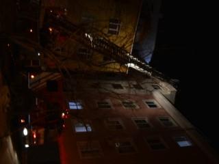 Esenyurt'ta şiddetli rüzgâr 4 katlı binanın çatısını uçurdu