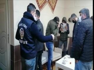 Açık olan kafe basıldı, polisi görünce yüzlerini gazeteyle kapattılar