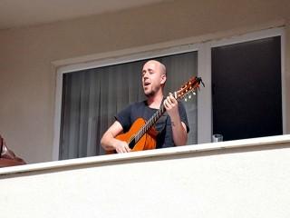 Beylikdüzü'nde müzisyenden balkon konseri