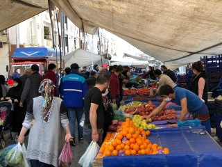 Esenyurt'ta pazarlarda ve marketlerde bayram yoğunluğu