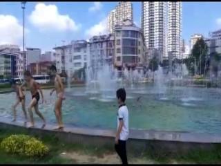 Esenyurt'ta çocukların süs havuzunda tehlikeli eğlencesi