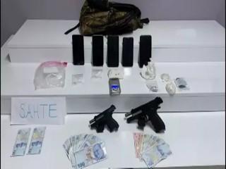Esenyurt'ta şüpheli araçtan 2 tabanca, uyuşturucu ve sahte para çıktı