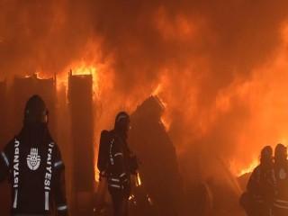 Esenyurt'ta korkutan yangın! İşçiler seferber oldu