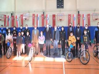 Emniyet Müdürü Aktaş'ın katılımıyla Esenyurt'ta çocuklara bisiklet dağıtıldı