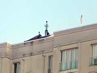 Esenyurt'ta video çeken gençler çatıda dans etti