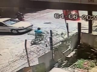 Esenyurt'ta bisikletli çocuğa araba çarptı!