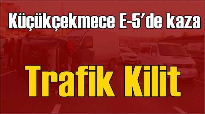 Küçükçekmece'de kaza: Trafik kilit