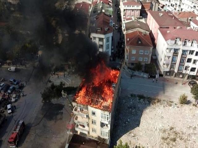 Esenyurt'ta 4 katlı binanın çatısı alev alev yanıyor