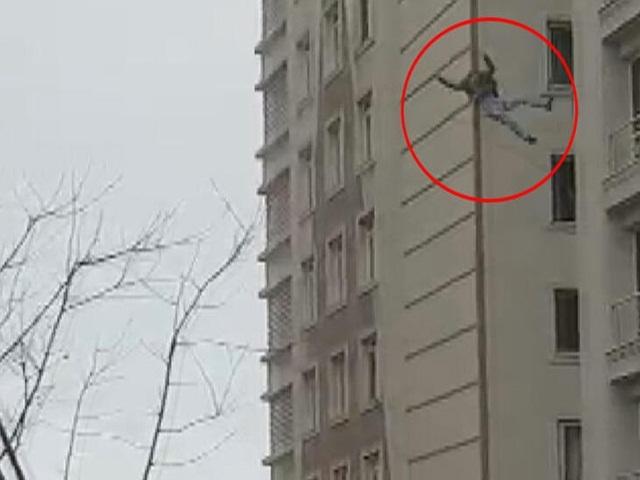 Esenyurt'ta 6. kattan atlayan adam hayatını kaybetti