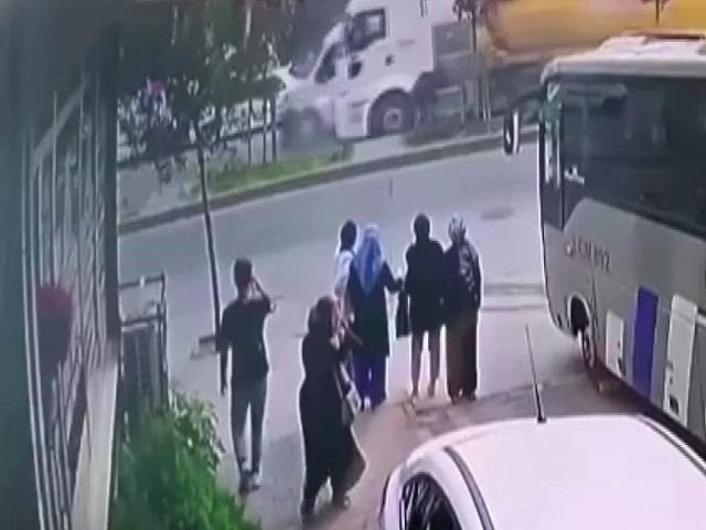 Esenyurt'ta freni boşalan hafriyat kamyonunun 5 araca çarptı