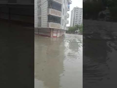 Esenyurt'ta bir sokak adeta sular altında kaldı..